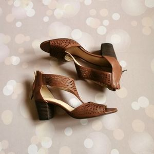 Clarks 9 barely worn sandals with heels br…